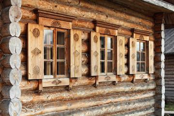 Окна и ставни деревянного дома