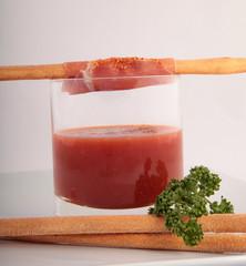 Tapas-Spieß an Tomatenbad
