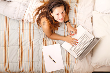 Studieren auf dem Bett