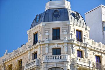 Edificios de Madrid con torreón, arquitectura con estilo