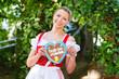 Junge Frau in traditionellem Outfit im Biergarten