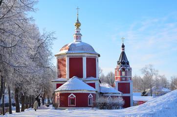 Суздаль, женщина идет по улице зимой мимо Успенской церкви
