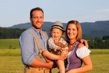 Familie im Trachtenoutfit auf Wiese