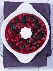 Rote Grütze auf einem Teller