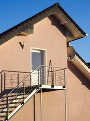 Wohnhaus mit Edelstahl - Außentreppe