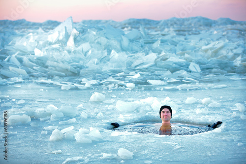 Spoed canvasdoek 2cm dik Wintersporten Winter swimming. Man in an ice-hole