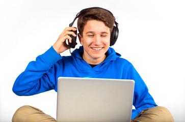 Junge hört Musik am Noteboo