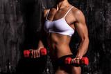 Muskularna kobieta z hantlami - 60999513