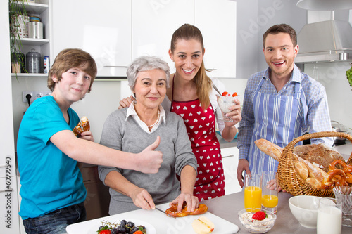 Glückliche Familie mit Großmutter in der Küche