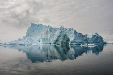 Odbicie gór lodowych w Disko bay, North Greenland