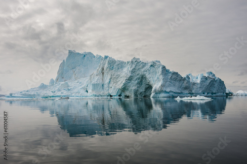 Foto op Canvas Poolcirkel Reflection of icebergs in Disko bay, North Greenland