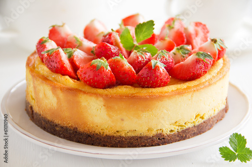 Cheesecake with strawberries.
