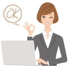 ビジネスウーマン パソコン 女性 OKポーズ