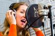 Sängerin oder Musikerin bei Aufnahme im Studio