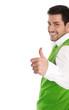 Lachender Mann isoliert in grün weiß mit Daumen hoch