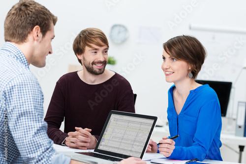 junge kollegen in einer besprechung