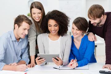 dynamisches team schaut auf tablet