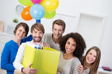 junge existenzgründer feiern eröffnung