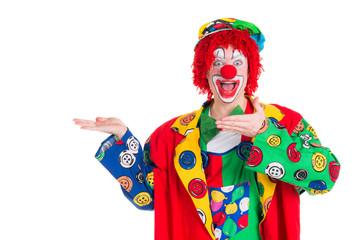 clown präsentiert mit den händen