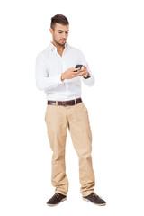 junger attraktver geschäftsmann mit weissem hemd und smartphone