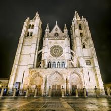 Vue de nuit de la cathédrale de Leon dans un jour de brouillard, Leon, Espagne