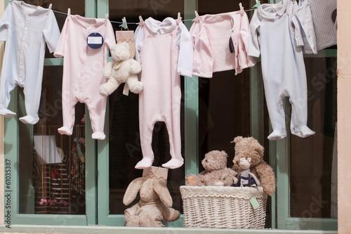 canvas print picture kleine baby strampler auf der wäscheleine im schaufenster