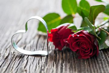 Rosen und Herzform auf Holzuntergrund