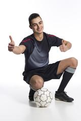 junger Fussballer mit Daumen hoch
