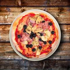 pizza italiana su fondo di legno