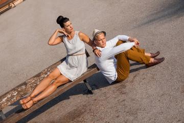 junges elegantes paar mit modischer kleidung im sommer