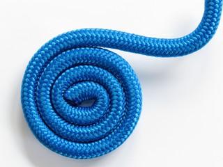 Blaue Spirale vor weißem Hintergrund.