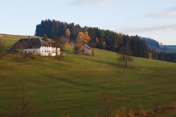Herbstlandschaft mit Bauernhaus