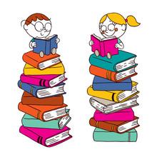 Lecture d'enfants sur une grosse pile de livres