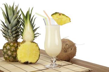 Pina Colada mit Kokosnuss und Ananas vor weißem Hintergrund