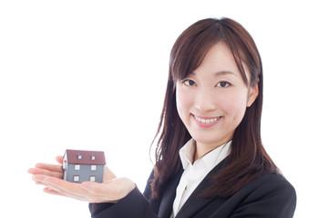 家の模型を持った女性