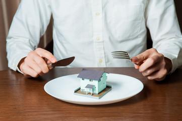 家をナイフとフォークで食べる