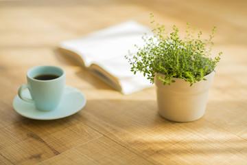 コーヒーと本と観葉植物