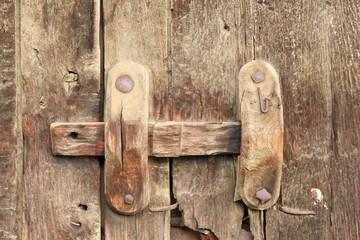 Cerrojo de madera sobre puerta de establo. Cunas, La Cabrera.