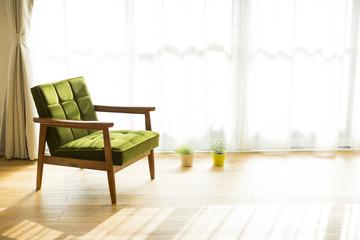 部屋の中にあるソファ