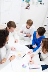 arbeitsgruppe bespricht ein projekt