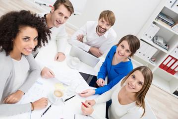 kreativ-team schaut nach oben