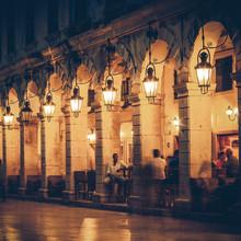 Rue de Liston la nuit sur l'île de Corfou, Grèce - russes cru