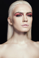 Портрет блондинки на чёрном фоне с профессиональным макияжем