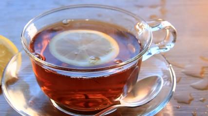 Горячий чай, лимон, витамины для людей зимой и летом.