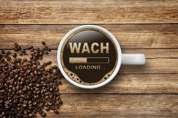 Kaffeetasse auf Holz zum Munter werden