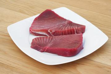 due tranci di tonno pinna gialla su piatto
