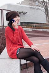 スマートフォンで話す女性