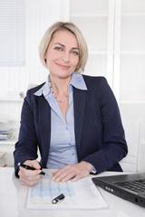 Portrait einer älteren attraktiven Geschäftsfrau im Büro