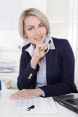 Attraktive Chefin im Portrait: lachend im Büro