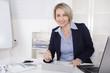 Senior Manager weiblich sitzend im Büro